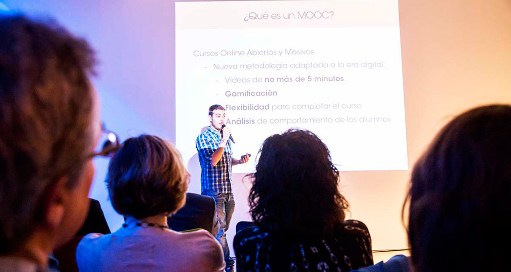 Luis Moreno habla a los asistentes sobre los MOOC