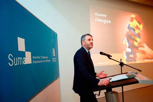 Javier Jimenez durante su intervención ante trabajadortes de Suma para explicar Lanzadera