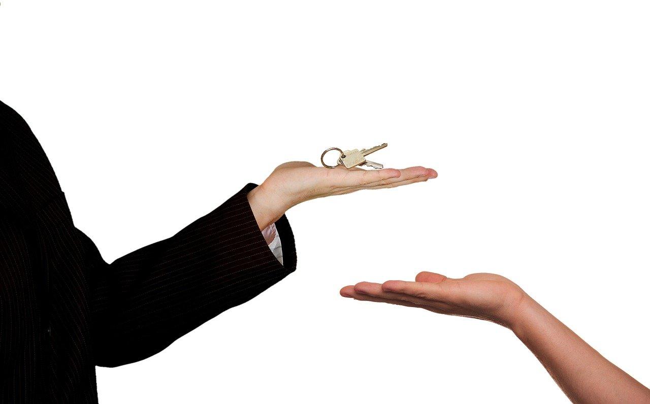 dos personas intercambiando un juego de llaves