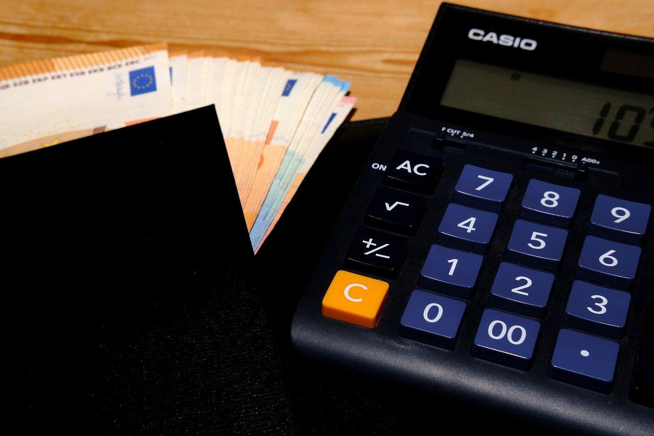 calculadora y billetes