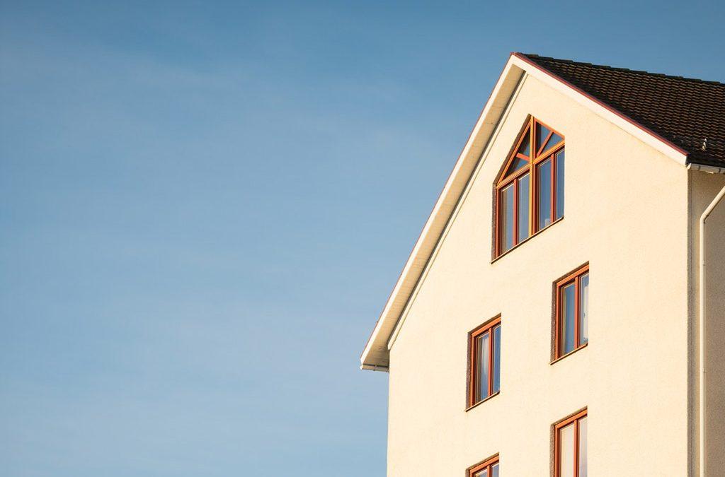 Cómo puedo corregir la dirección de mi vivienda en el recibo de IBI si está incompleta o incorrecta.